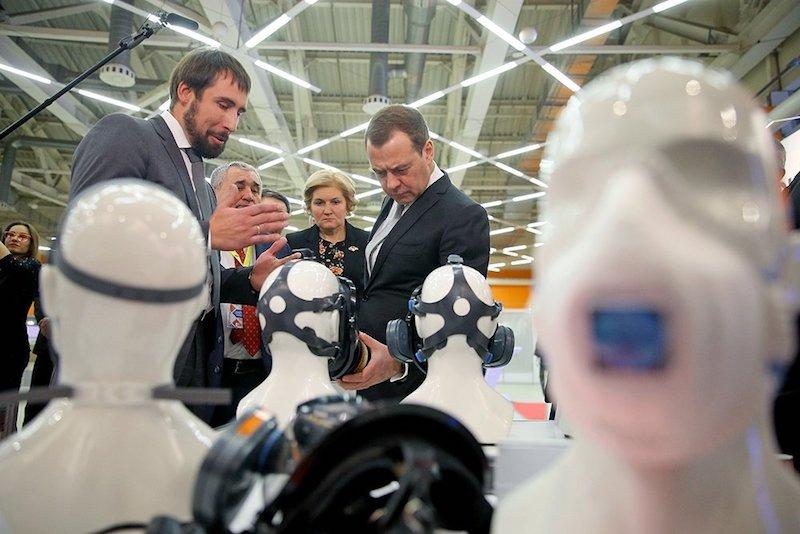 Медведев пообещал разобраться с госкомпаниями закупающими зарубежные СИЗ
