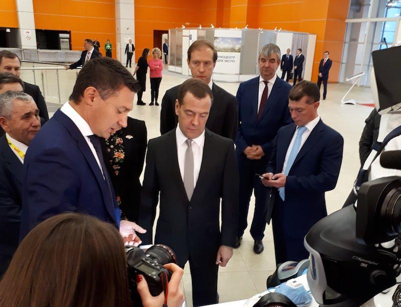 Дмитрий Медведев осмотрел экспозицию выставки БиОТ-2017