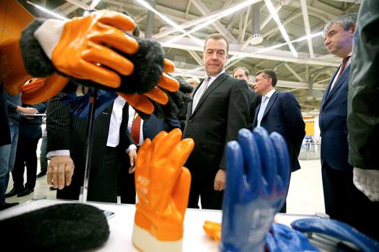 Фото: Александр Корольков, «Российская газета». Премьер-министр Медведев посещает выставку БиОТ.