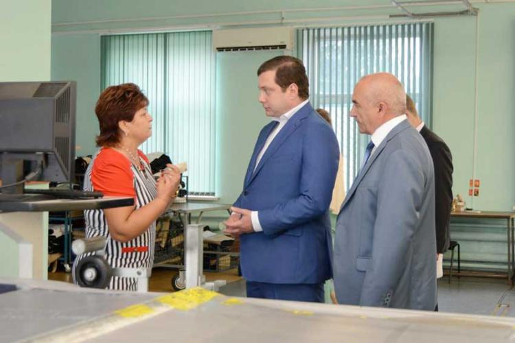 Губернатор Смоленской области Алексей Островский на Починковской швейной фабрике