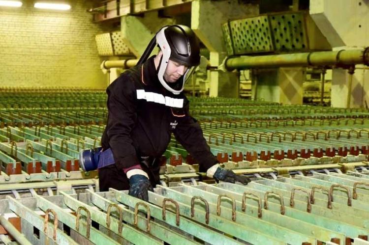 Кольская горно-металлургическая компания за год потратила на СИЗ 300 млн руб